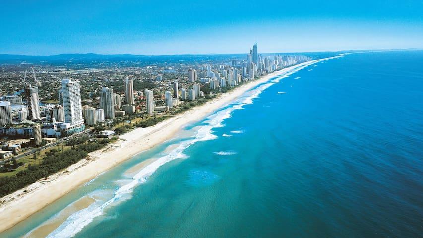 Gold Coast Beach Home 10 mins to Nobby Beach - Mermaid Waters