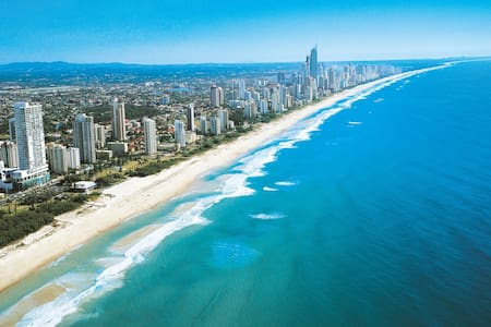 Gold Coast Beach Home 10 mins to Nobby Beach - Mermaid Waters