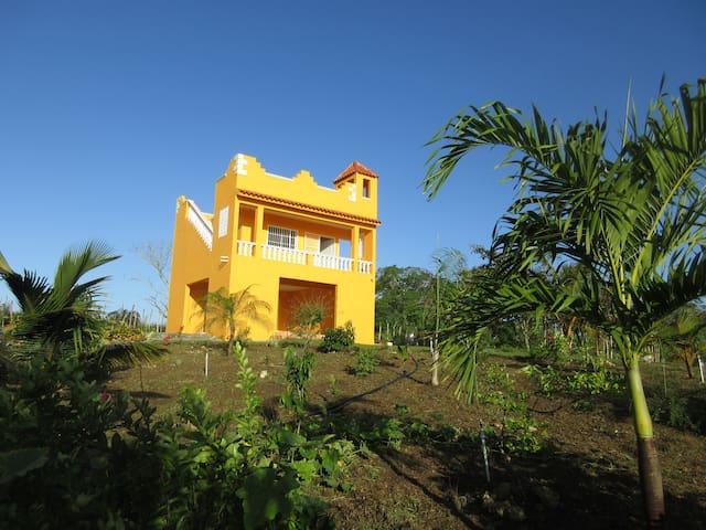 grüne Finca am Stadtrand von Santo Domingo