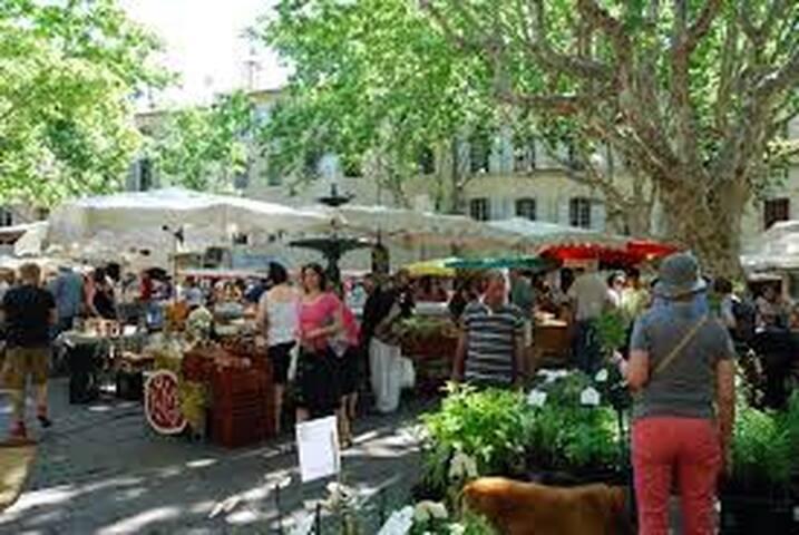 Marché Place aux Herbes Mercredi et samedi.