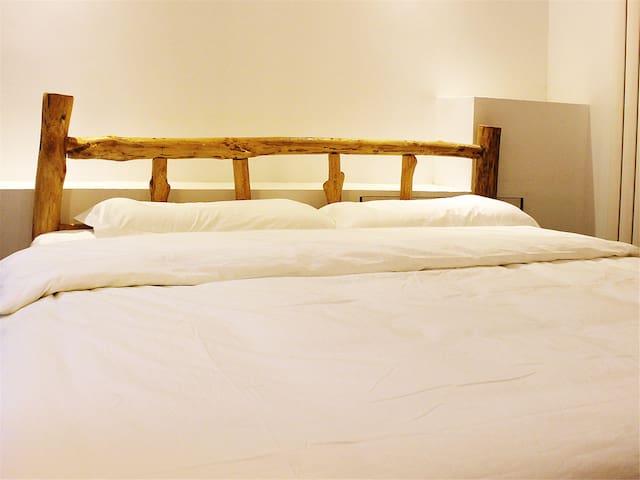 丝绸驿·月牙泉镇上一家有空调有暖气有免费接站服务的经济特惠大床房(无窗),步行至鸣沙山约10分钟