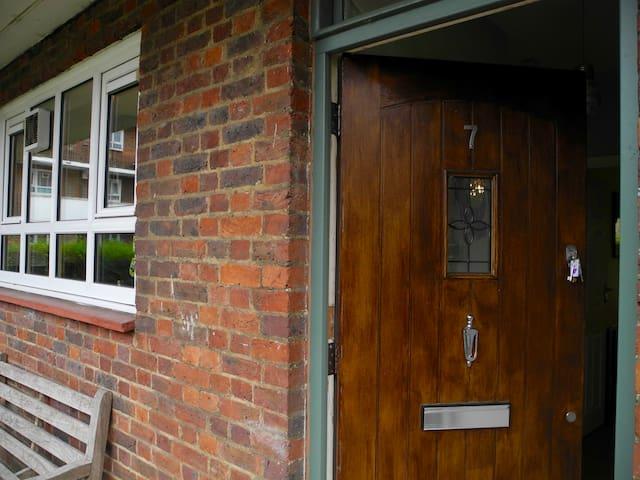 CLAPHAM JUNCTION, gated peaceful 1 bed apartment. - London - Lägenhet