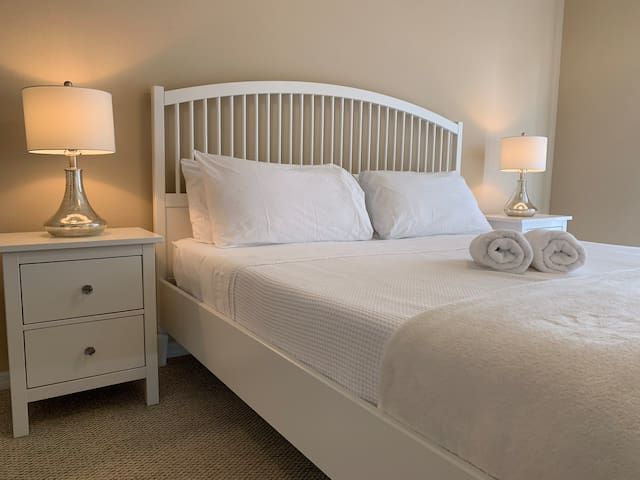 Deluxe king bed. 4 miles from Disney near downtown