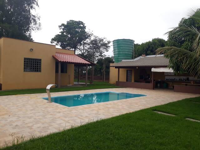 Rancho Serro Azul vista para Serra e piscina.