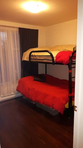 Clean, cozy and quiet room w/private bathroom. - Dollard-des-Ormeaux - Apartment