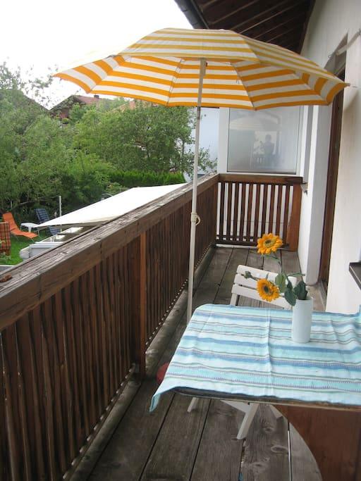 Balkon, mit Sitzmöglichkeit, Zustand: nicht gestrichen, shabby