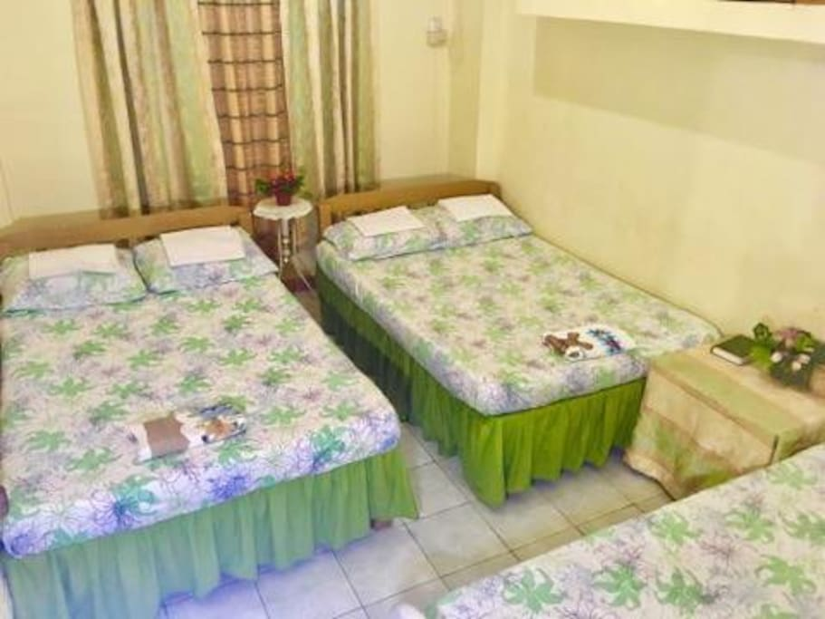 2 double beds and 1 single bed. Can accommodate 5 persons