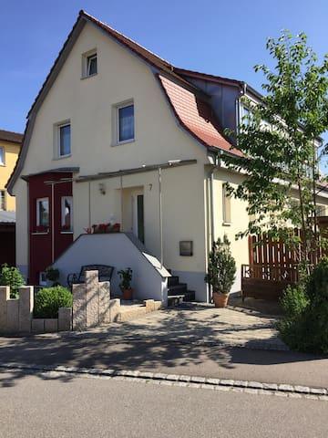 Bezaubernde Villa mit Garten sucht nette Gäste