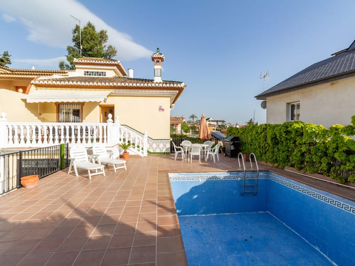 House with pool, garden and bbq