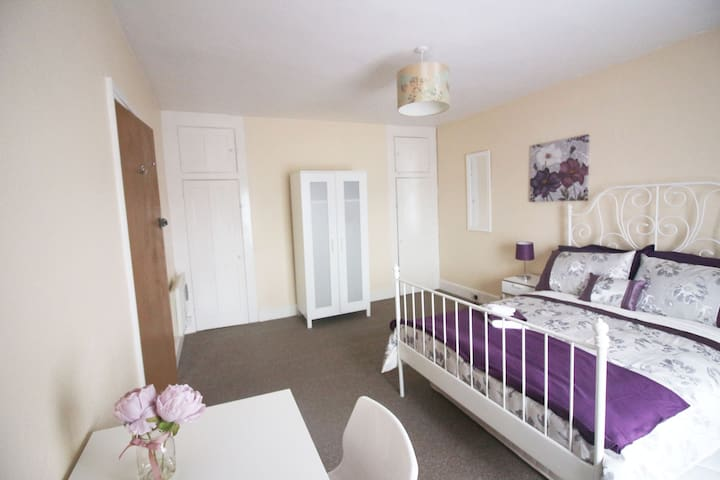 Room within walking distance into town centre