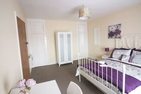 Room within walking distance into town centre - Colchester