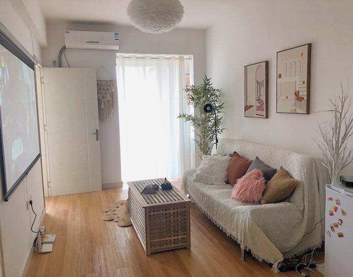 《老西门》临近步行街特色秋千超大高清品牌投影日式公寓
