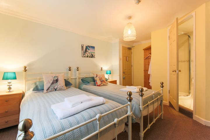 Twin  / Super king room near harbour - Mevagissey
