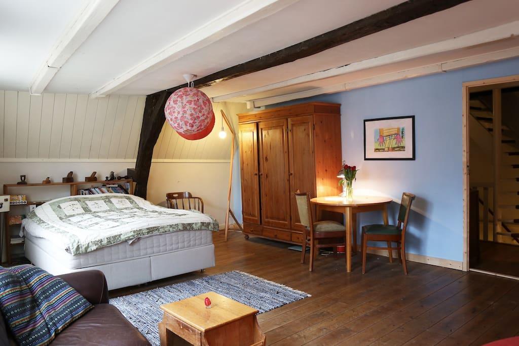 Private Room voor 2 op de 1e etage met eettafel, ruim masterbed, luie bank en tv, radio en Netflix.