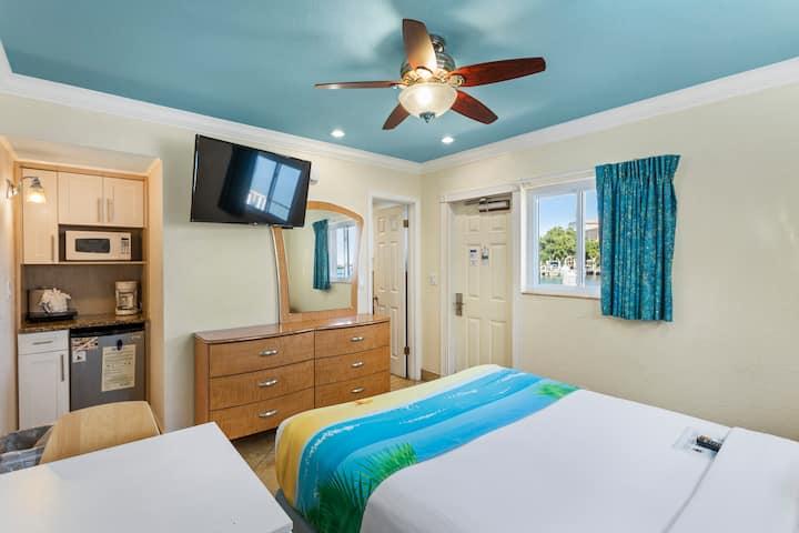 Standard Room: 1 Queen Bed