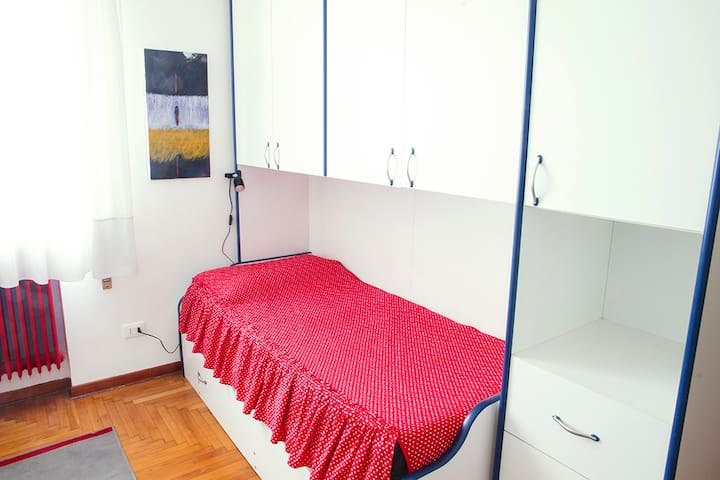 Alone or with friends: up to three single beds - Treviso - Daire