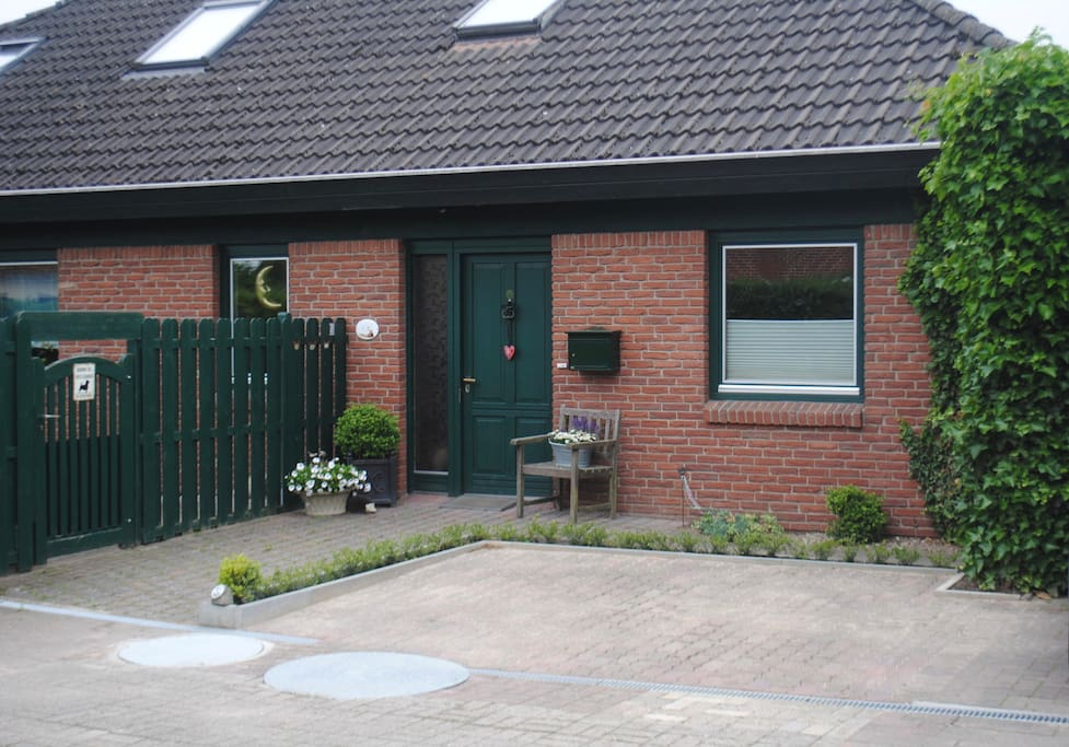 Hauseingang // Parkplatz direkt vor der Tür Parking Place direct in front of the house