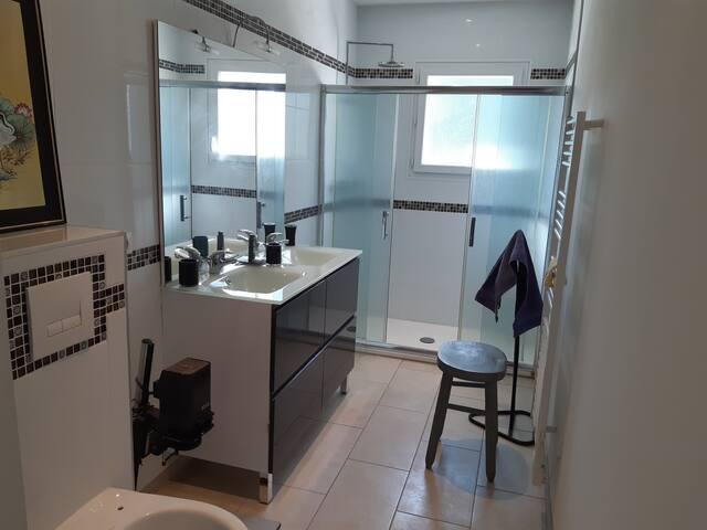 Wc, double lavabo et douche.
