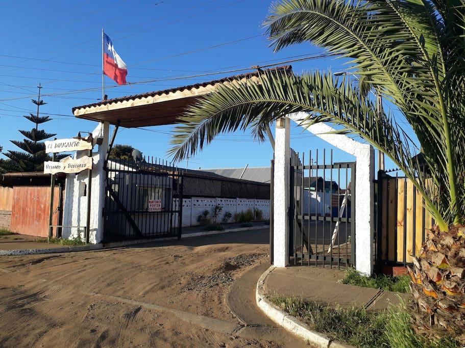 Entrada a condominio, se necesita el control inalámbrico para abrir el portón principal.