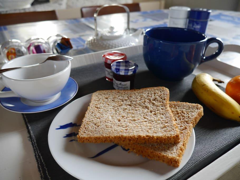 Un petit-déjeuner continental vous est offert chaque jour entre 8h et 10h30 // Enjoy a free continental breakfast everyday between 8am and 10:30am.