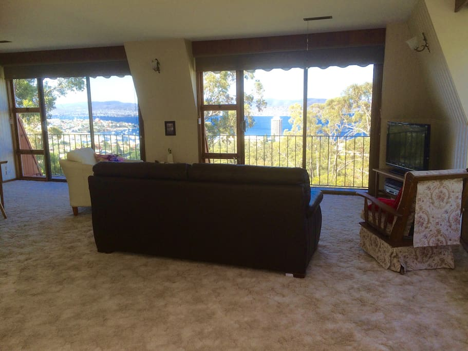 Comfortable areas to watch the river or the smart TV