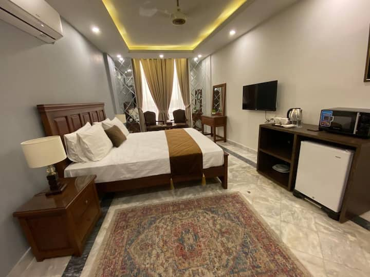Chic Suites - Private Bedroom En-suite + Lounge