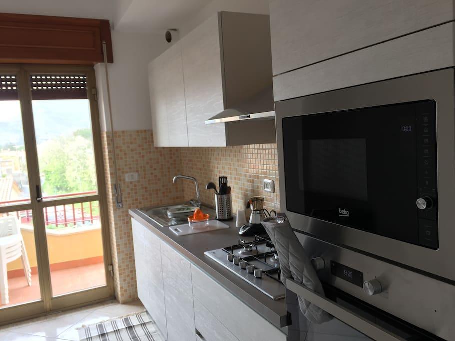 Cucina abitabile con forno, forno a microonde, lavastoviglie