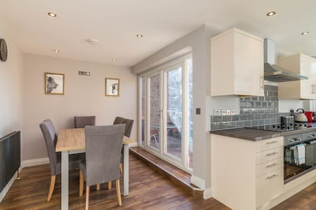 Stylish New 4 Bed House in the village of Sawley