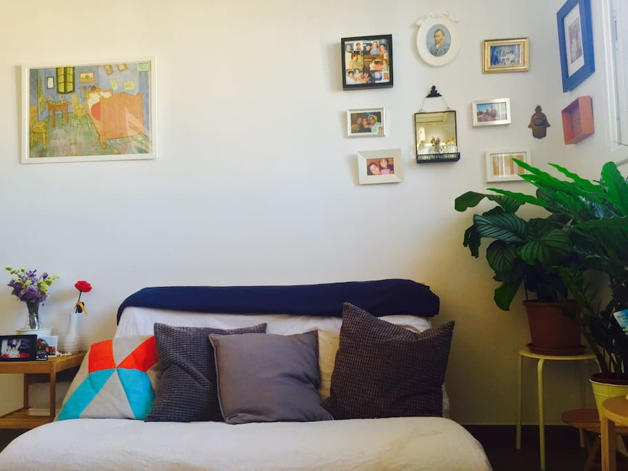 Cozy 'alive' green corner + comfortable sofa