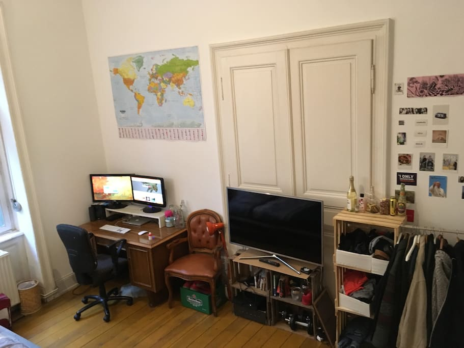 Schreibtisch, Fernseher, Kleiderschrank