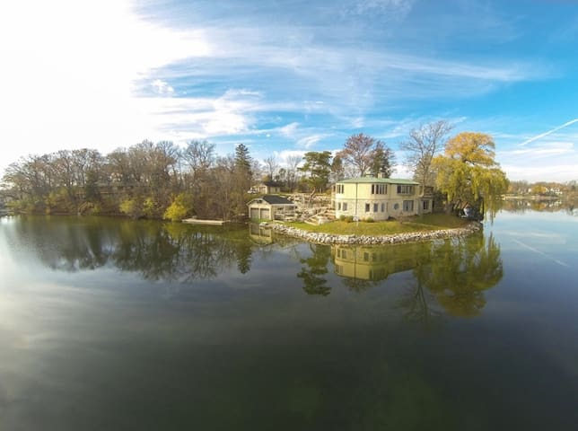Lake Country Waterfront Peninsula w/hot tub, piers - Oconomowoc - บ้าน