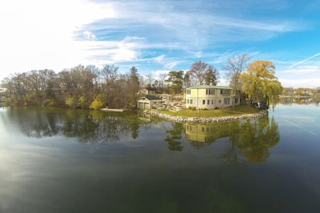 Lake Country Waterfront Peninsula w/hot tub, piers - Oconomowoc