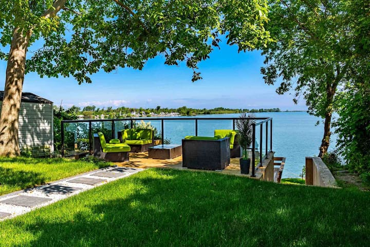 Niagara-on-the-Lake Waterfront Cottage!!