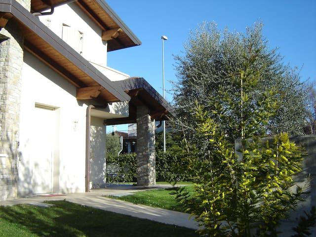 A SIRMIONE E' (URL HIDDEN)  ROSALU'B&B!! - 西勒米奧奈(Sirmione) - 家庭式旅館