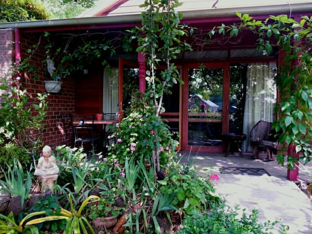 Romantic Self Contained Cottage - Mount Macedon - Bed & Breakfast