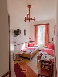 A cozy double room with a bathroom - Wien