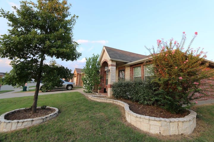 Lovely 3 bdrm house near the lake Lewisville - Oak Point - Casa