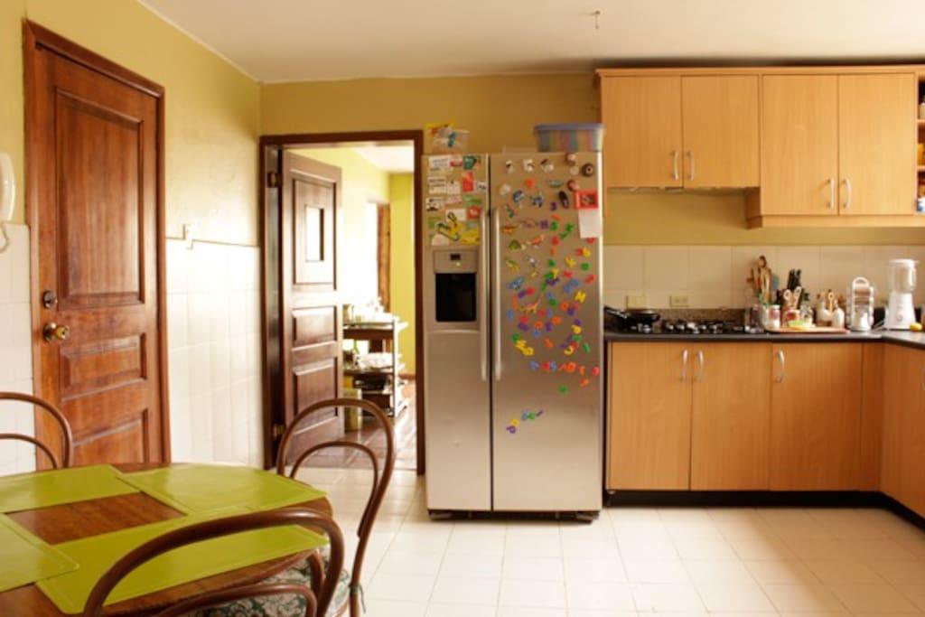 cocina espaciosa y alegre