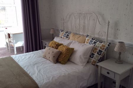 Bright, spacious, clean, sunny double room - Worthing - Oda + Kahvaltı