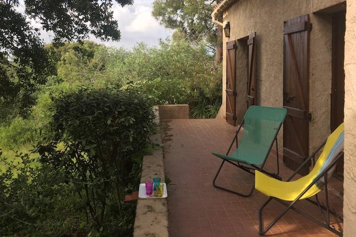 Une maison de famille à l'ombre des chênes liège.