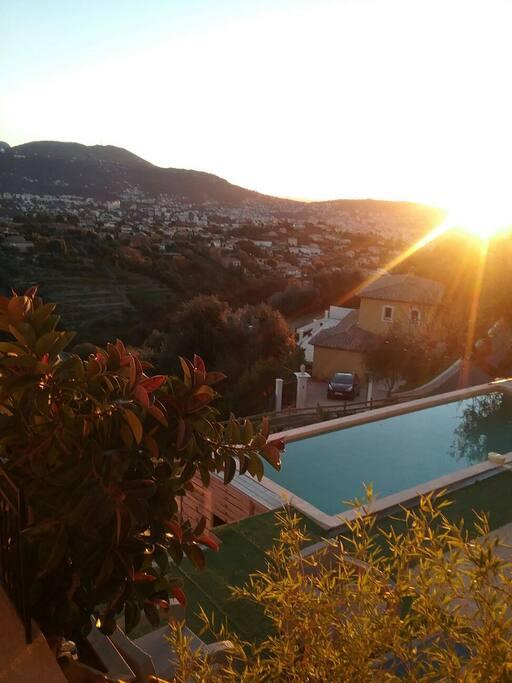 La piscine le matin tôt à la villa Zarafa