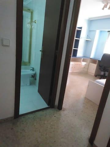 Acceso al baño y habitación accesible