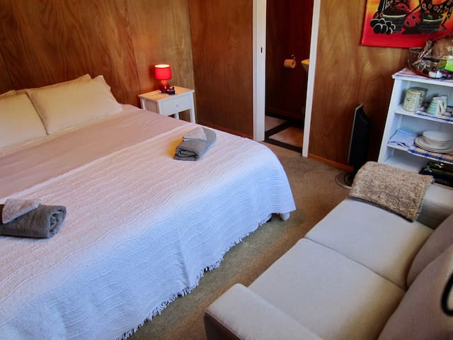 Cosy private cabin with ensuite close to town