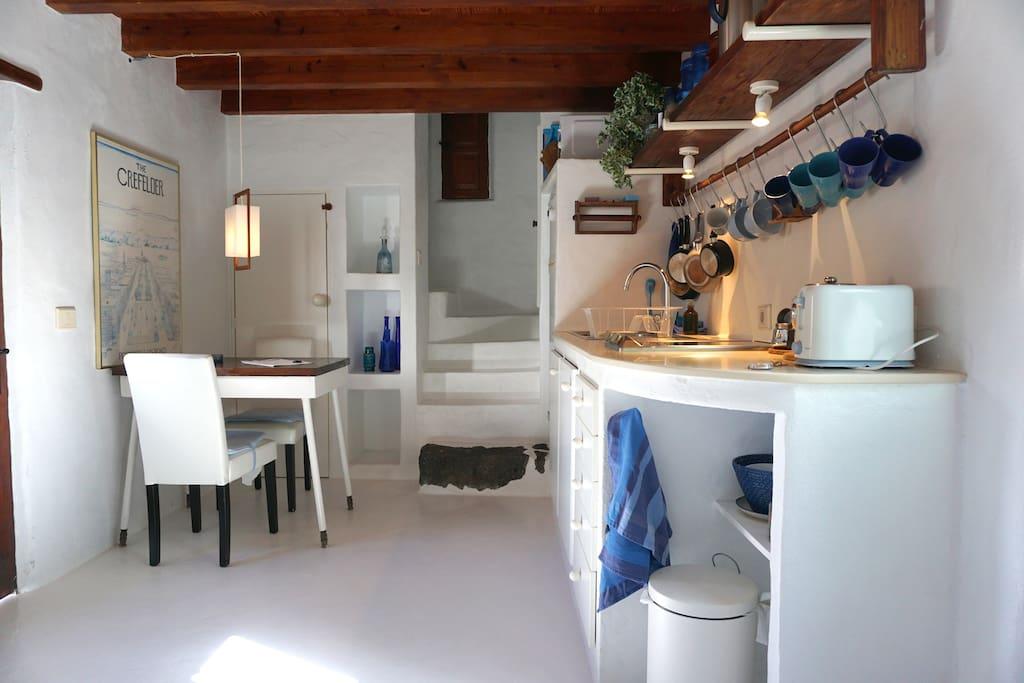 Küchen-Wohnraum mit Aufgang zum Schlafraum