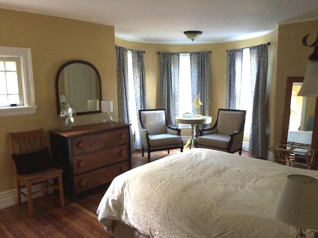 Modern Lodging - A Nod to History - Fairport - Bed & Breakfast