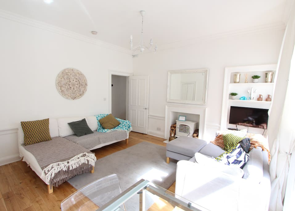 Spacious and bright sunlit open plan lounge / diner great for people watching on the Thistle Street below or simply napping in the sun...