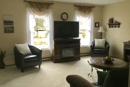 Home away from home 2 private bedrooms and bath - Boalsburg - Talo