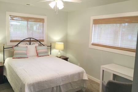 Cozy Room in Wine Country - Walk to Downtown - Newberg