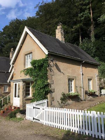 Pretty Victorian riverside cottage, Alstonefield