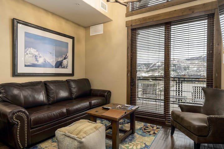 Exquisite upscale studio w/private balcony, gondola access, shared hot tubs/pool